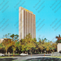 F50 Hotel Presidente Chapultepec frente al parque. The Presidente Chapultepec Hotel off the Park