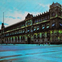 F8 El Palacio Nacional y el Zócalo. The National Palace, completed in the 17th century, today houses government offices.