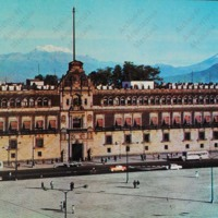 F4 El Palacio Nacional y el Zócalo. The National Palace, completed in the 17th century, today houses government offices.