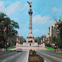 "F34 ""El Ángel"" sobre el Paseo de la Reforma. ""The Angel"", a monument commemorating Mexico's independence from Spain in 1821."